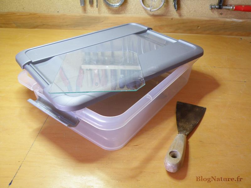 1. La boite en plastique et la vitre